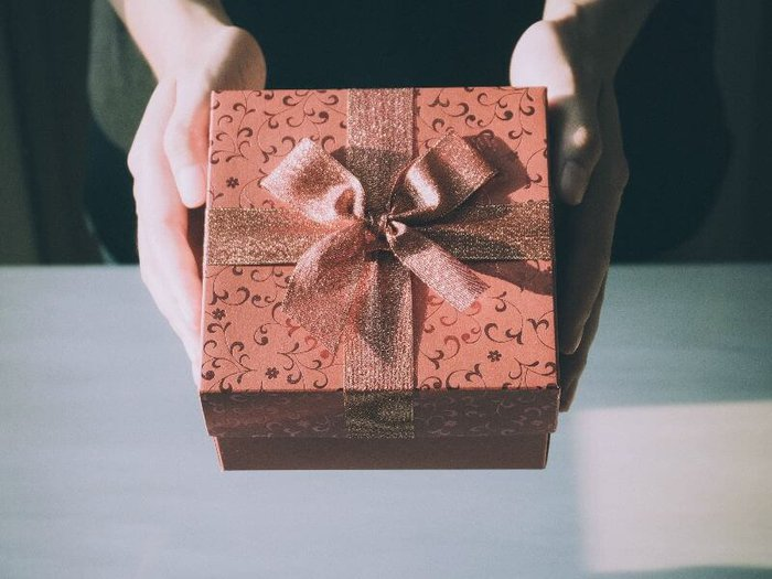 Giving a wrapped bereavement gift to a grieving friend
