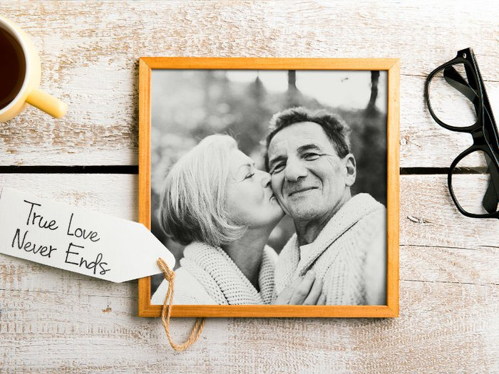 A framed photo of a dad and mum, with the message 'true love never ends'