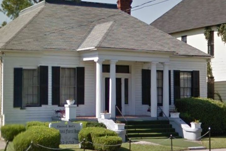Charles E Huff's International Funeral Home