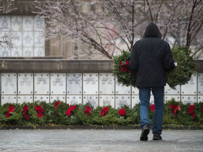 A volunteer places wreaths at the Columbarium in Arlington National Cemetery. Picture via the Office of the Chairman of the Joint Chiefs of Staff for Public Affairs/CreativeCommons