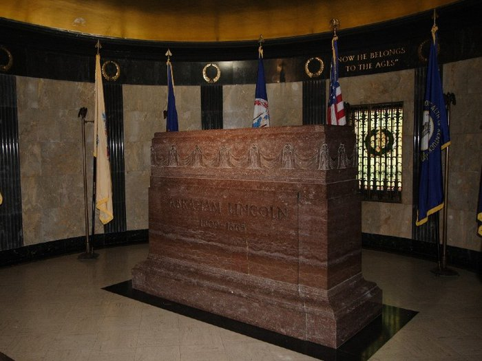 View of Abraham Lincoln's grave in burial chamber of the Lincoln Tomb